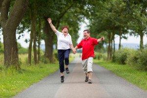 älteres Paar springt vor Freude